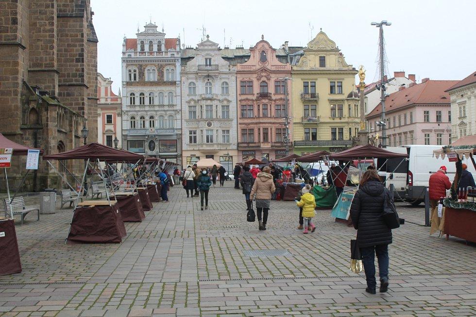 Poslední sobota před vánočními svátky. Adventní a farmářské trhy na plzeňském náměstí a odpoledne v nákupním centru Olympie.