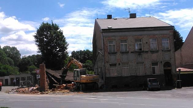 Místo pondělní nehody v Tachově, kde zeď zranila staršího muže.