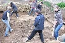 Studenti z celého světa se sjeli do Svojšína, aby pomáhali při archeologických vykopávkách
