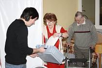 Za voliči do Domova pro seniory v Panenské ulici přijeli volební komisaři s přenosnou urnou. Hlasovací lístek do ní vhodila také nejstarší volička, šestadevadesátiletá Marie Zemenová.