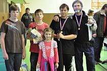 DRUŽSTVO stříbrských rybářů získalo na soutěži ve Kdyni bronzové umístění. Vedle trenéra vítěz závodu starších žáků Jaromír Kaňka.