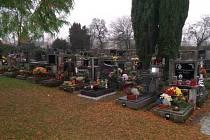 Hřbitov v Bezdružicích zářil osvětlením svíček a hezký pohled byl také na položené věnečky a kytice