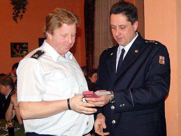 Nejvyššího ocenění, medaile Za zásluhy, se na sobotní výroční valné hromadě borských hasičů dostalo Romanu Semanskému (vlevo)