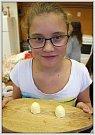 Děti si zkusily vyrobit domácí máslo.