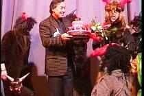KAREL GOTT na pódiu v tachovském kině Mže při premiérovém uvedení pohádky Z pekla štěstí 2, která se točila také na Tachovsku a kde si zahrál dvojroli  Pánaboha a Lucifera.
