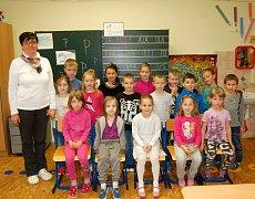 Žáky 1. třídy Základní školy Chodová Planá, s třídní učitelkou Jaroslavou Sedláčkovou.