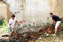 Zahraniční studenti i letos pomáhají s úpravami zahrad a hospodářských budov svojšínského zámku.