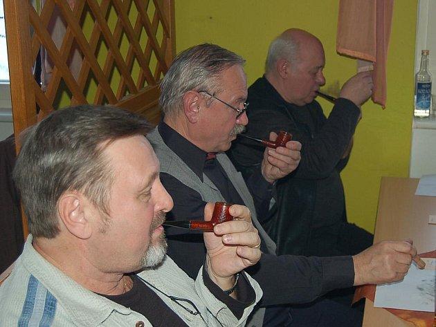 Třináctý ročník Novoročního kouření v Tachově. Tachovská soutěž pomalém kouření dýmky tradičně zahajuje kuřácký rok.