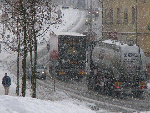 Bez obchvatu bodou tisíce vozidel nadále projíždět skrze Chodovou planou.