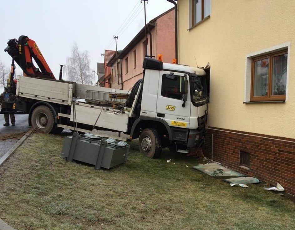 Nehoda nákladního vozu, který narazil v Černošíně do domu.