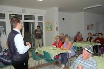 Europoslanec Jaromír Kohlíček (vlevo) včera pobesedoval s tachovskými seniory.