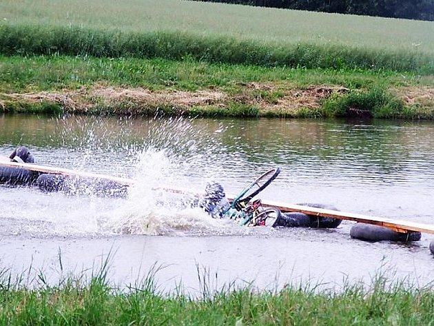 ZKOUŠKA. Lávka nad rybníkem v Dlouhém Újezdě už stojí a organizátoři akce ji vyzkoušeli.