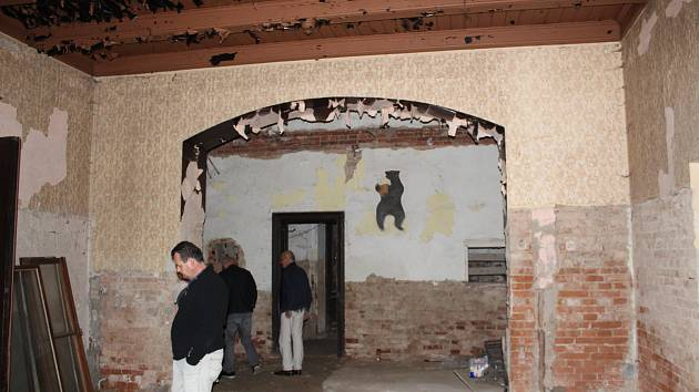 Zdevastovaný hotel Černý medvěd.
