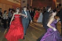 Závěrečným plesem skončil v pátek ve Stříbře kurz tance a společenského chování