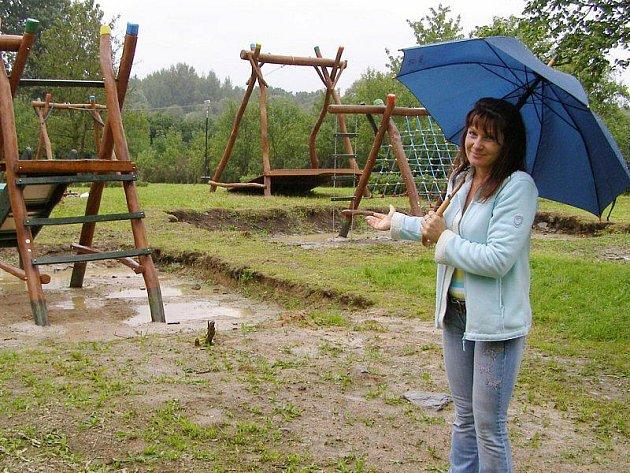 Petra Marková u hřiště, na které nedočkově čekají malí obyvatelé Černošína.