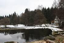 LOKALITA Treppenstein, kde vlastní lesní pozemky i ornou půdu město Planá, působí romanticky.