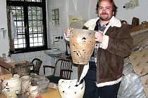 SE ZÁSOBNICÍ V NÁRUČÍ. Nikola Rayman (na snímku) drží v ruce nádobu z přelomu patnáctého a šestnáctého století slepenou z jednotlivých dílů nalezených při vykopávkách v Tachově.