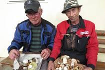 Petr Tirala a Rudolf Varenyi z Černošína přinesli o víkendu domů tašky hřibů.