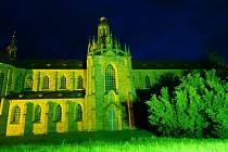 Klášterní kostel byl ve středu osvícen zelenou barvou.