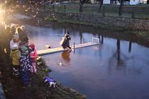 Lidé vypouštěli lodičky do řeky Mže