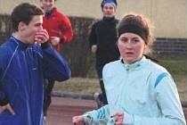 PŘED STARTEM. Jednou ze závodnic B. Stříbro na Mistrovství Čech v atletice byla Karolína Hrubá (vpravo), která se rozcvičuje před během na 3000m.