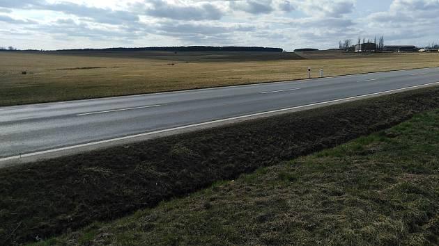 Protipovodňové poldery vzniknou nalevo od silnice mezi Stříbrem a Těchlovicemi.
