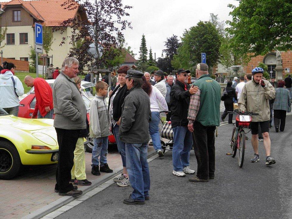 Více než než osmdesát historických vozů se v sobotu vypravilo na tradiční Jízdu Saši Kolowrata v Přimdě.