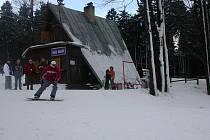 Milovníci zimních radovánek s netrpělivostí čekají, až na Tachovsku napadne sníh. Provozovatel sjezdovky v Přimdě (na snímku) se zatím chystá pouze na částečné zasněžování.