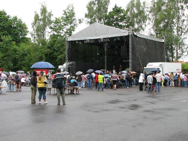 Víkendový open air koncert nenavštívilo mnoho posluchačů. Pořadatel to připisuje na vrub špatného počasí.