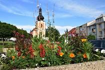 V Kladrubech pečují o veřejnou květinovou výzdobu i trávníky, podívejte se