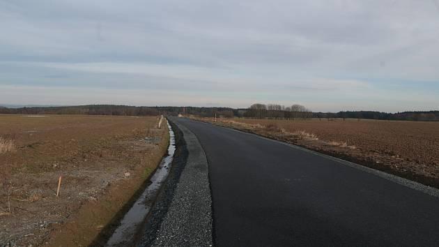 Zrekonstruovaná cesta mezi Ctiboří a silnicí na Březí vede v polích, má asfaltový povrch a lemuje ji nově vysazené stromořadí.