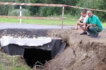 Nová propusť by měla pomoci k tomu, aby se voda nepřelévala přes cestu.