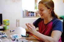 Zuzana Vávrová doma v Pytlově vyrábí šperky z drátků a korálků.