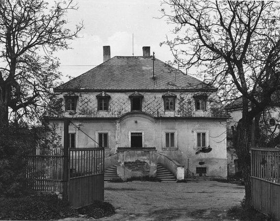 Zámeček vTisové na fotografii zroku 1971.