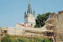 TACHOVSKÉ HRADBY. Stavební dělníci provádějí v těchto dnech opravu hradeb.