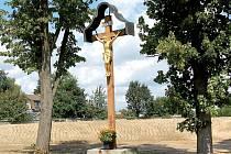 Zadní část hřbitova v Boru nechali tamní zastupitelé zavézt zeminou. Chtějí tak zabránit dalšímu průsaku vody, která ohrožuje prakticky celé pietní místo.