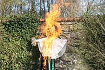 Hořící figurína čarodějnice v zahradě tachovského muzea.