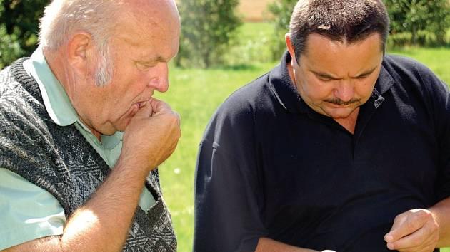 Ferdinand a Pavel Hodkovi (zleva) na snímku zjišťují zralost pšenice. Obajsou zastánci investic do prvovýroby