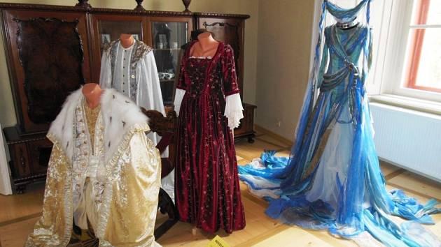 Kostýmy z pohádky Kouzla králů.