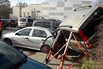 Vozidlo spadlo na jiné auto, nehoda skončila s jedním lehkým zraněním.