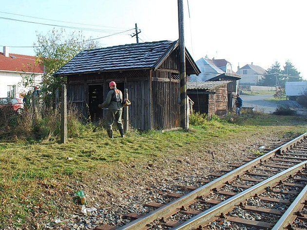 Brigádu na zvelebení okolí trati už příznivci bezdružické lokálky uspořádali loni, kdy posekali zarostlé okolí nádraží v Trpístech. Právě tam budou příští sobotu pokračovat