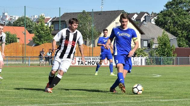 Kapitán FK Tachov Marek Ruda (v modrém dresu s číslem 3) vedl svůj tým 8. června v posledním divizním utkání proti Dobříši (0:1). Na stejném stadionu se v nové sezoně bude hrát jen okresní přebor.