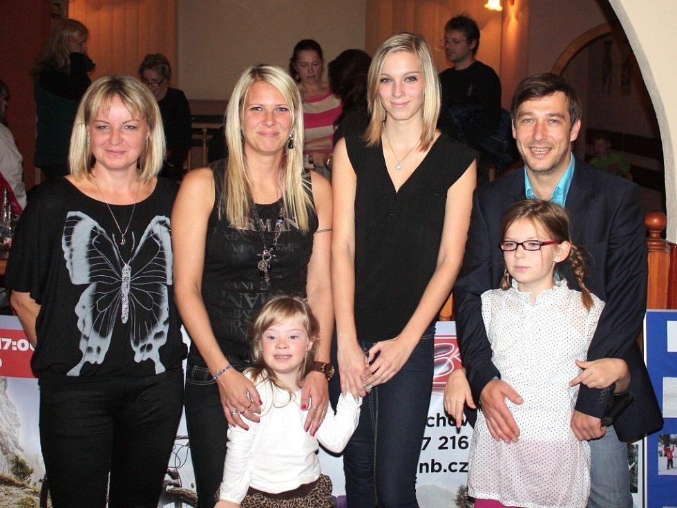 BEZ PŘÁTEL by to dát dohromady nešlo. Fotografka Lenka Dušková, Iveta Jonášová s dcerou Nelou Kůtovou, Tereza Jonášová a Jan Zadražil s dcerou. (zleva)