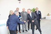 Ze slavnostního otevření nové haly a výročí firmy Emz v Černošíně.