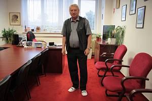 V papučích do úřadu. Také starosta Tachova dorazil včera na radnici v domácí obuvi, aby podpořil Den v papučích.