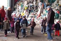 MALÍ PŘEDŠKOLÁCI si v úterý vyjeli na zajímavý výlet, prohlédli si, jak se zpracovávají odpady v Černošíně.