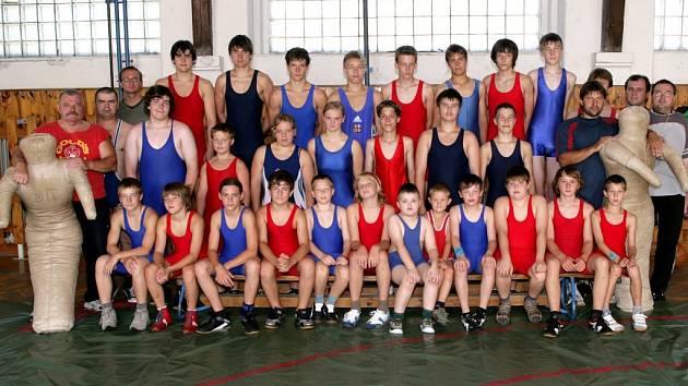 Účastníci soustředění mladých zápasníků a zápasnic, které se konalo v Mariánských Lázních v místní tělocvičně Sokola.