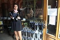 Sára Garyatová se zeleným pivem v podnikové prodejně.