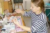 Doma v Pytlově vyrábí Zuzana Vávrová originální šperky.