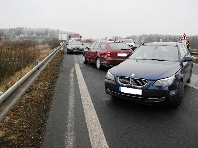 NĚMEČTÍ policisté sledovali zloděje s ukradeným osobním automobilem z Německa až ne české území. Dostihli jej na dálničním sjezdu u Nové Hospody.